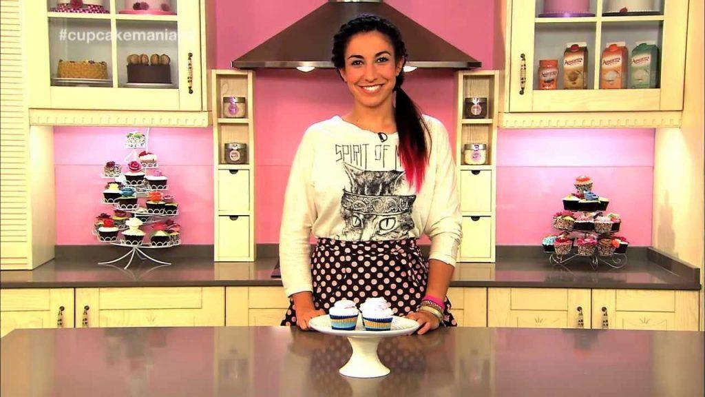 Cupcake Maniacs 5: Cupcakes de chocolate blanco decorados con nubes caseras 8 Vídeo do Canal Azucarera no Youtube, publicado em 2013-09-16 15:29:12 e com 346823 views Vivendo de Brigadeiro