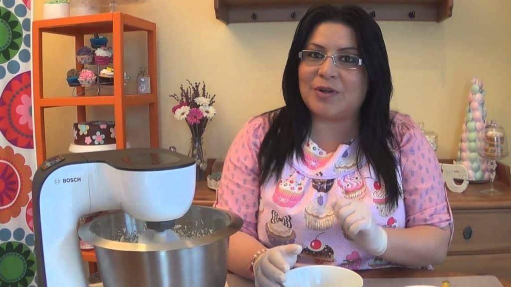 Cupcakes originales de plátano con chocolate 1 Vídeo do Canal Claudia Zuñiga no Youtube, publicado em 2014-07-15 12:00:04 e com 131763 views Vivendo de Brigadeiro