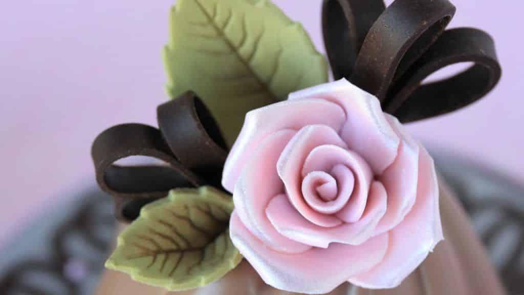 How to Make Chocolate Roses and Leaves 4 Vídeo do Canal Julia M Usher no Youtube, publicado em 2017-01-22 05:28:12 e com 10708 views Vivendo de Brigadeiro