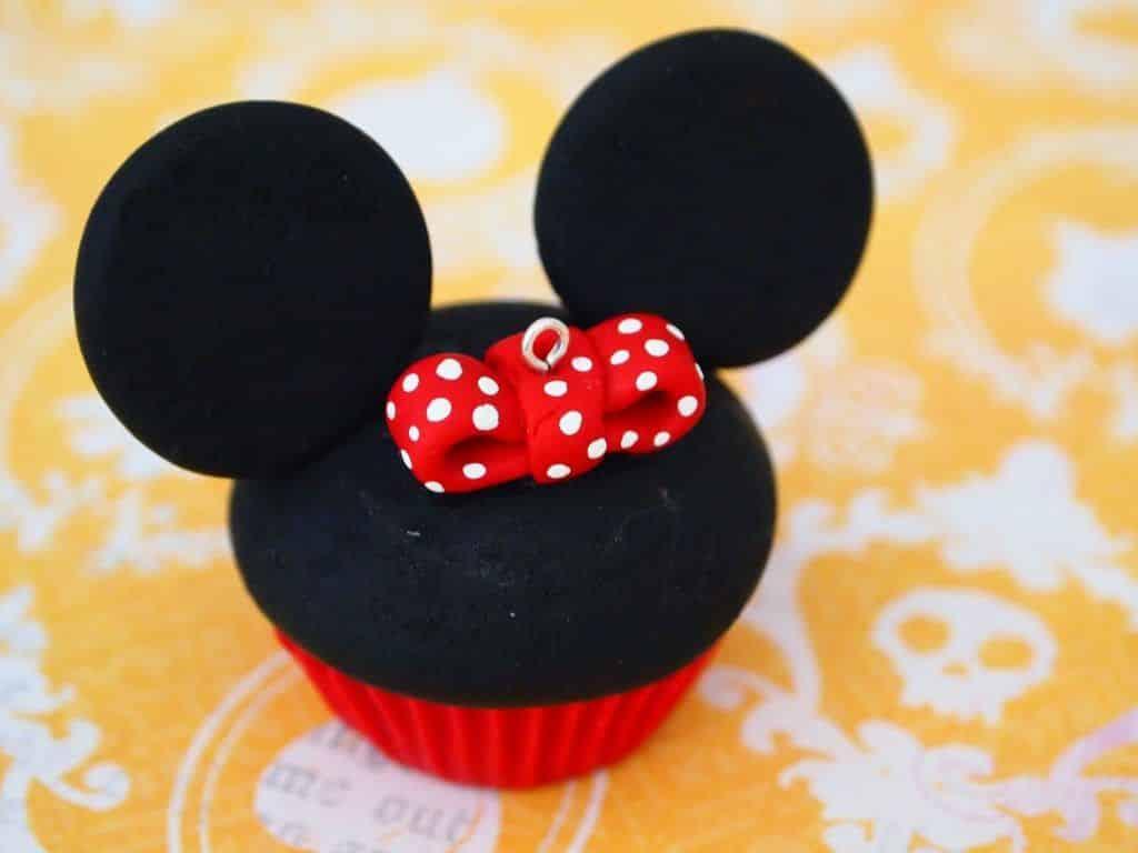 Minnie Mouse Cupcake 8 Vídeo do Canal PolymerKlay no Youtube, publicado em 2012-09-16 18:05:56 e com 135630 views Vivendo de Brigadeiro