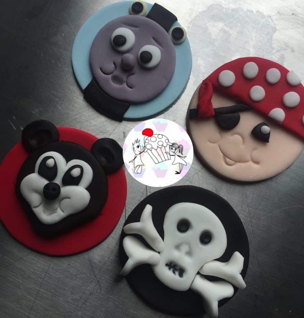 Mickey Mouse, Thomas the Tank Engine, Scull, Pirate: Popular Kids' Cupcake Toppers Made Simple 8 Vídeo do Canal Luc and Lucys Cupcakes no Youtube, publicado em 2016-06-30 07:42:17 e com 394 views Vivendo de Brigadeiro