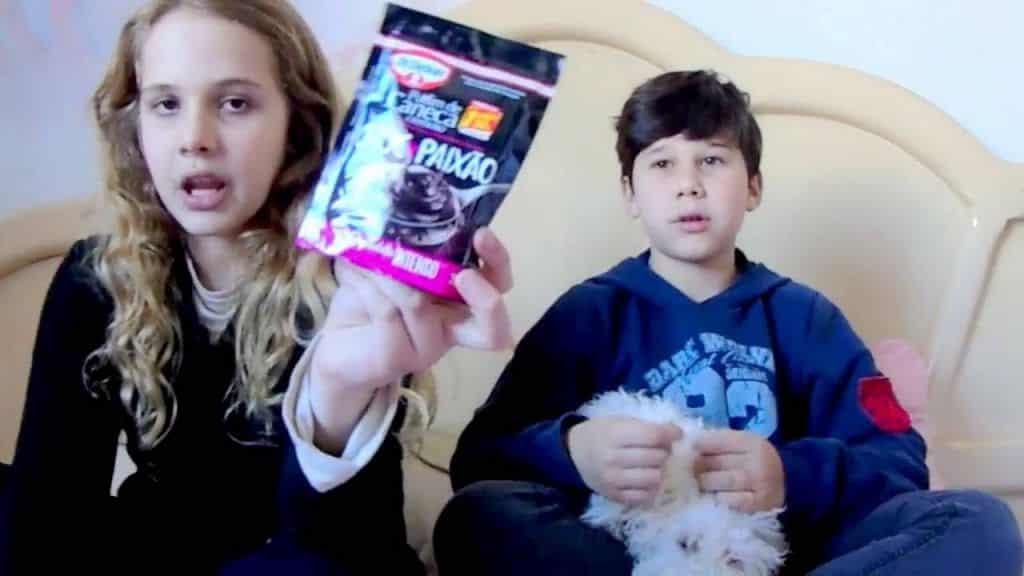 Bolo de caneca pronto para micro-ondas 5 Vídeo do Canal Emily Neumann no Youtube, publicado em 2016-08-25 05:42:45 e com 259 views Vivendo de Brigadeiro