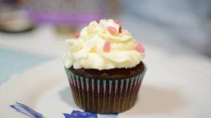 Cupcakes de chocolate rellenos con mermelada de arándanos