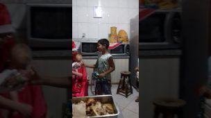 Natal 2016 Papai Noel distribuindo doces