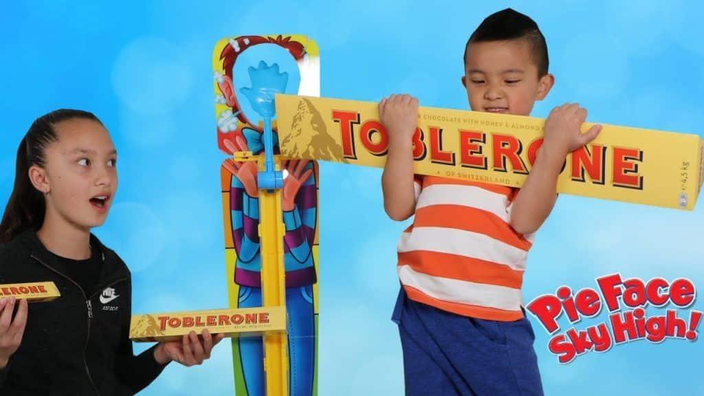 Gigante Chocolate TORTA FACE Sky High Kids Desafio Divertido Com Brinquedos Ckn 1 Este Post é baseado no vídeo do Canal CKN Toys publicado no Youtube, em 2017-10-21 11:48:38 ? Gostaria de conhecer + destas receitas que estão postadas, vi Vivendo de Brigadeiro