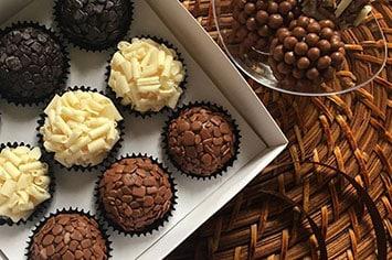 Brigadeiro Gourmet 1 Quem não ama um doce? Tanto faz se é brigadeiro, cupcake, bolo no pote, panetone, pão de mel ou um docinho de festa. Doce é AMOR. Vivendo de Brigadeiro