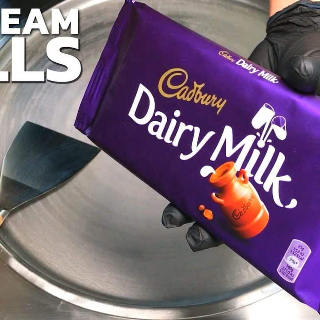 Rolos de sorvete | Cadbury - sorvete de chocolate com leite lácteo / rolo de sorvete frito na Tailândia 1 Gostaria de saber + destas receitas já disponibilizadas, vivendo de brigadeiro Vivendo de Brigadeiro
