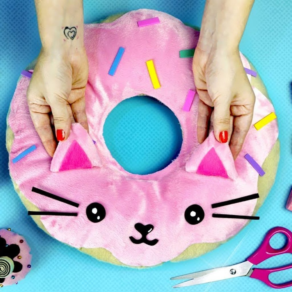 DIYs Kawaii de Doces 🎂🍩 Almofada Gatinho Donut, Cupcake de mesa e Chapéu Donut