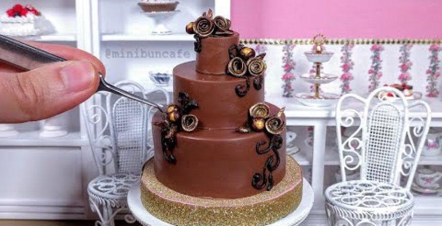 Bolo-miniatura-de-chocolate-com-rosas-mini-food-ASMR.jpg