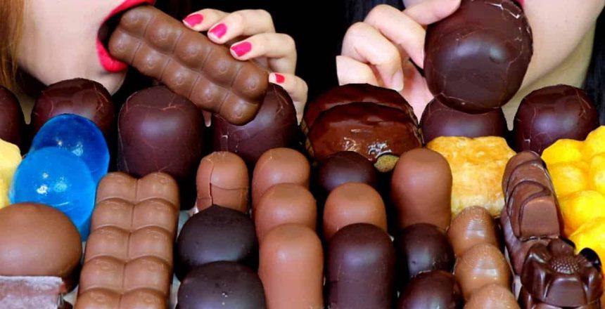 CHOCOLATE-DE-BOLHA-DE-ASMR-MARSHMALLOWS-COBERTO-DE-CHOCOLATE-MOCHI.jpg