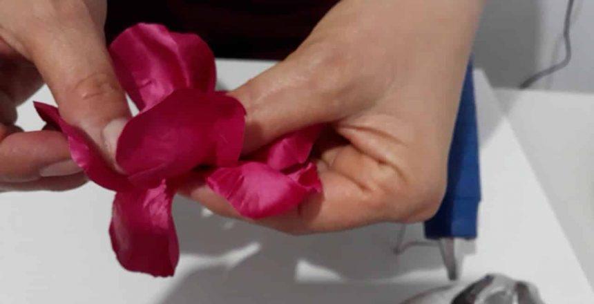 Como fazer forminhas para doces finos com frizador rosa de pedra, tecido.