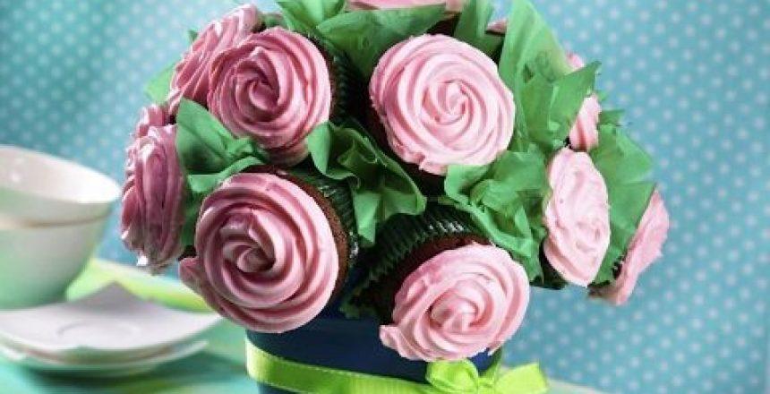 Cómo Hacer Cupcakes de Chocolate con Betún de Queso Crema en Forma de Rosa